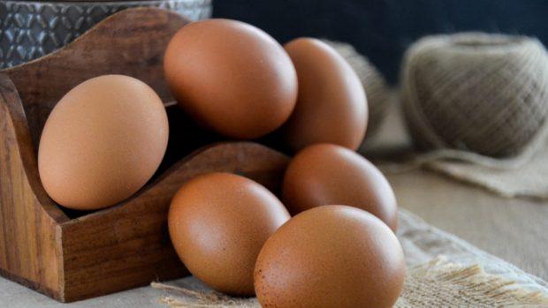 Receta de huevos en el plato con pimientos y queso cottage.