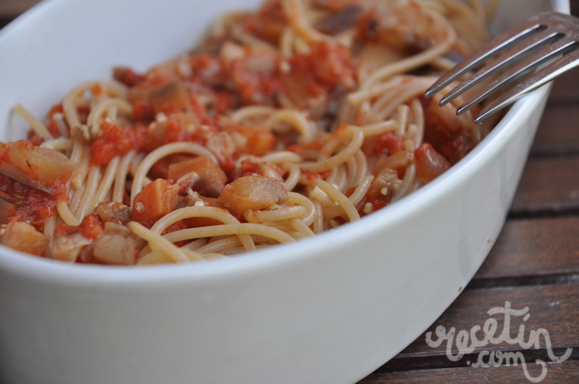 Espaguetis con salsa de berenjena y setas
