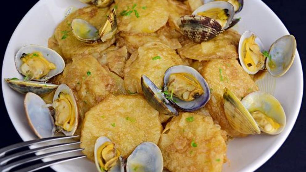 Photo of Receta de Patatas a la importancia con almejas