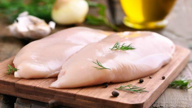 Receta de pollo con vinagre balsámico, ajo y guisantes