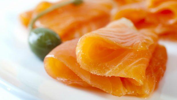 Receta de papas asadas rellenas de huevo y salmón.