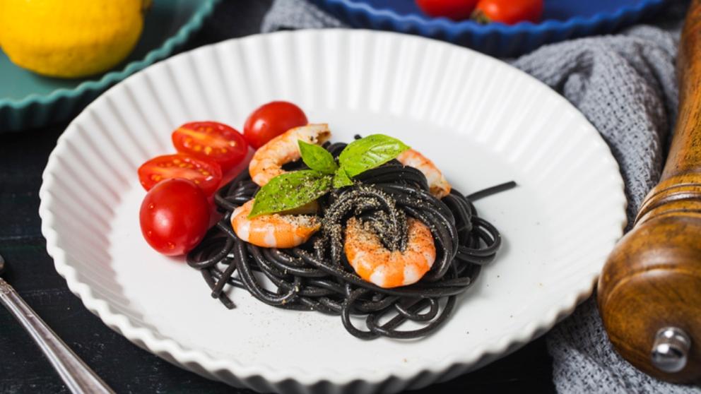 Photo of Receta de Espaguetis negros con gulas y gambas