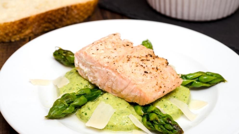 Receta de salmón con espárragos verdes y parmesano 1