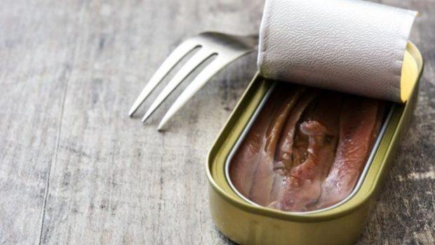 Receta de buñuelos de cebolla, encurtidos y anchoas.
