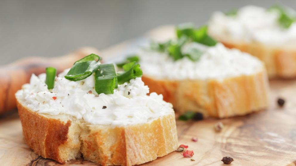 Photo of Receta de Rulo de queso cremoso envuelto en cebollino para untar
