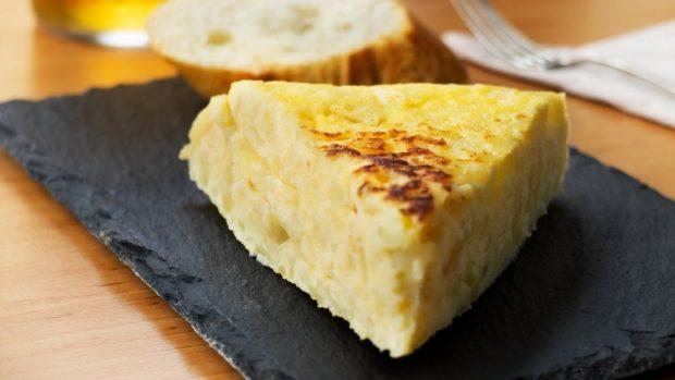 Tortilla de patata gorda sin ser cruda por dentro.