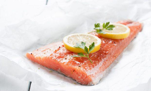 Receta de salmón con salsa de gorgonzola y champiñones