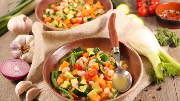 Receta de arroz blanco con verduras y mayonesa.