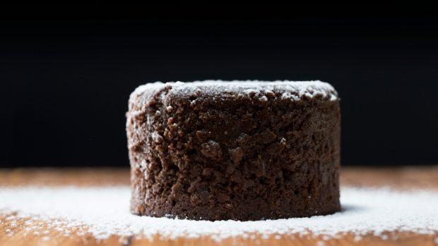 Coulant de chocolate negro con salsa de caramelo