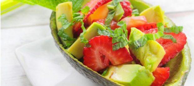 Ensalada de aguacate con mango y fresas