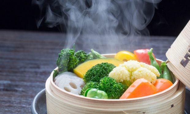 Receta de filetes de lenguado con salsa roquefort y vegetales salteados