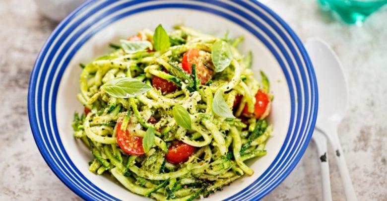 Receta de ensalada de espaguetis con aguacate y gambas 1