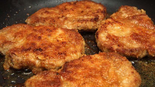 Cordero empanado con salsa Mornay