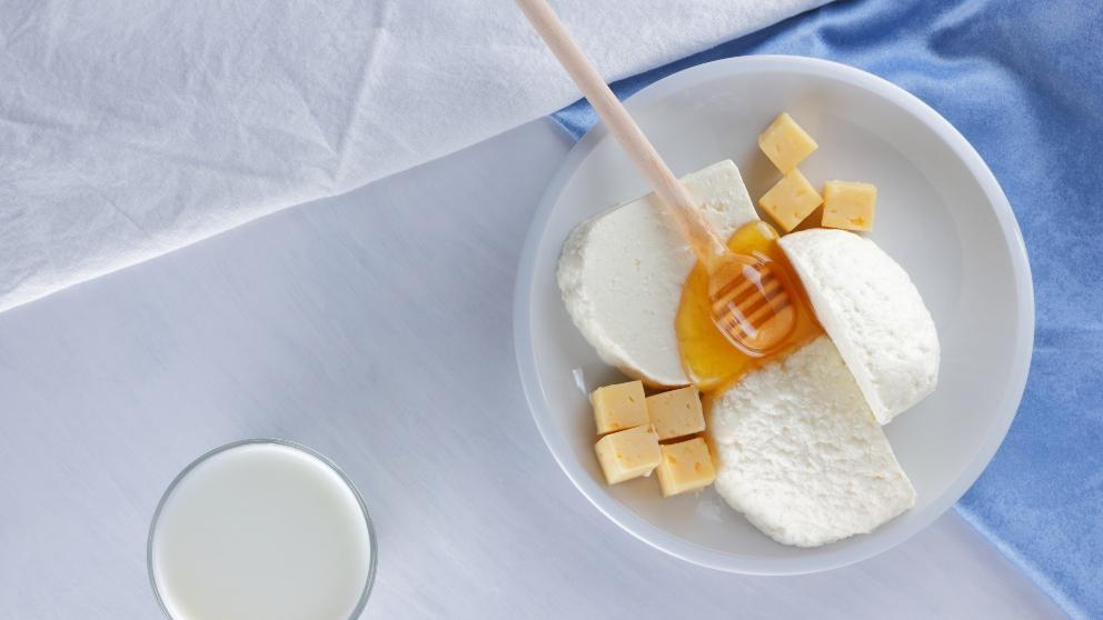 Queso fresco con miel y bayas