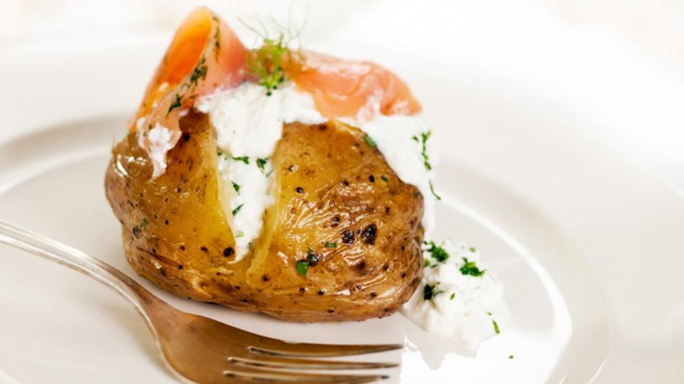 Receta de papas asadas rellenas de huevo y salmón 1