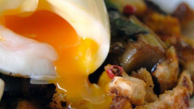 Huevos de mollet con migas de montaña