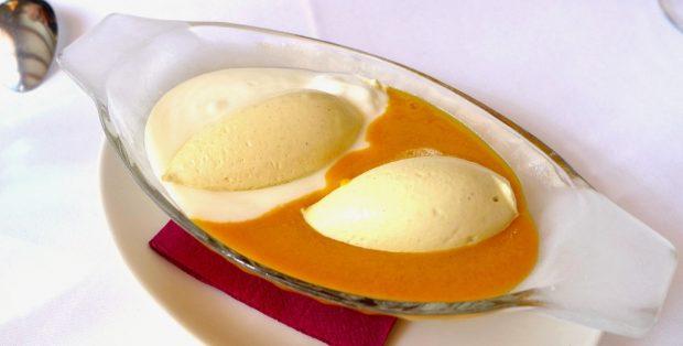 Vaso de crema de vainilla y mango