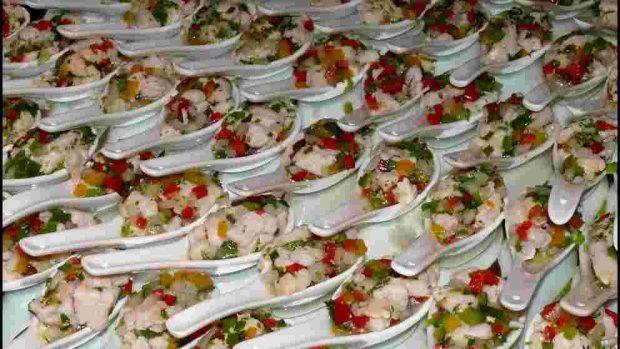 Salpicaduras de mariscos con pollo y aguacate