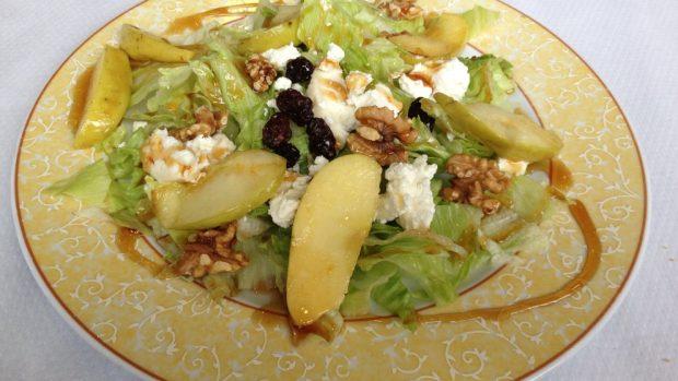 Ensalada de manzana, mango, atún y queso de cabra