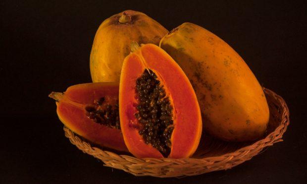 Sorbete de papaya, crema y chocolate
