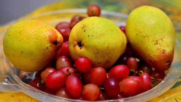 Tarta de pera y uva