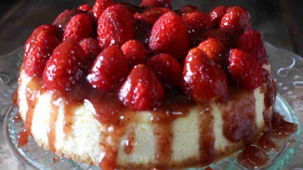 Tarta de fresas con nata y chocolate