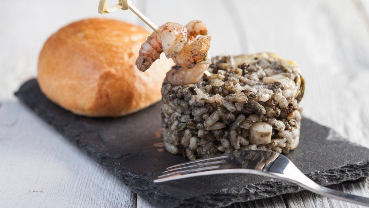 Receta de arroz negro con sepia y guisantes 1