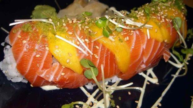 Espárragos con salmón ahumado y salsa de mango