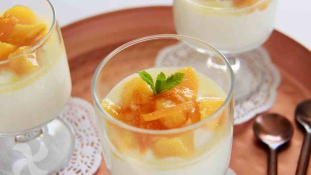 Vasos de crema de durazno y queso