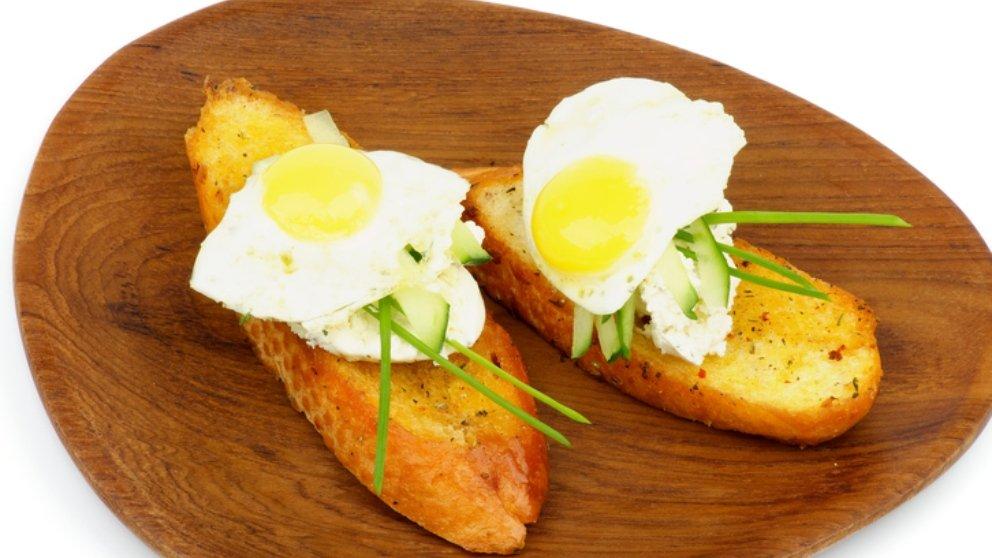 Huevos de codorniz a la plancha con jamón serrano: receta excepcional 1