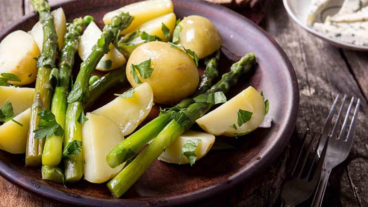 Receta de Espárragos trigueros con patatas y gulas al horno 1