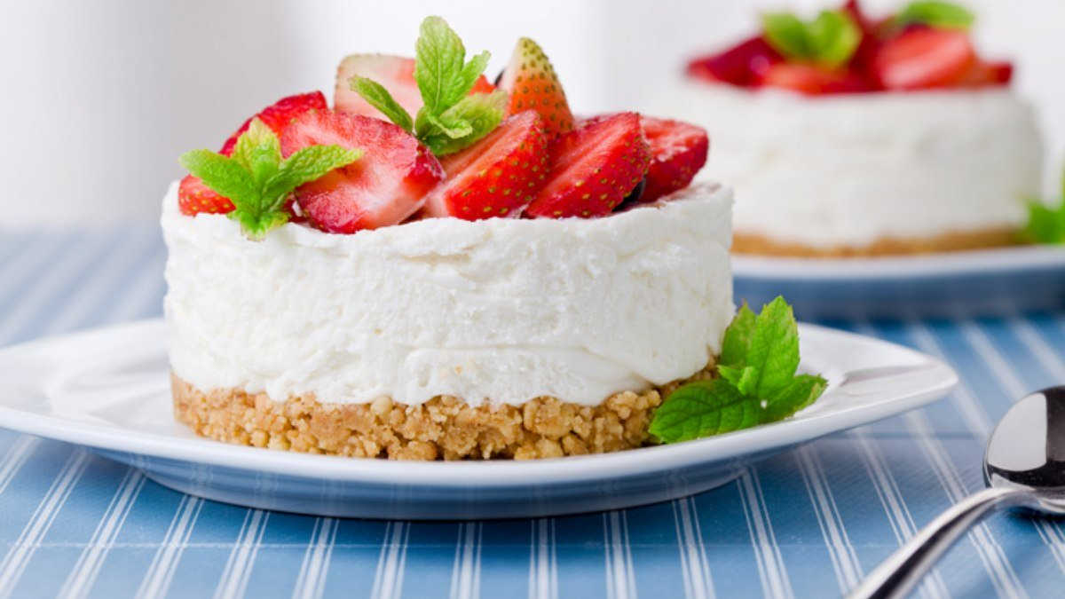 Photo of Receta de tarta de galletas con crema de fresas y chocolate blanco