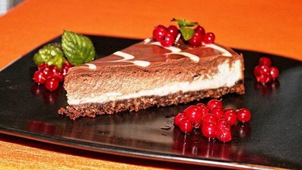Deliciosa tarta de queso crema, chocolate y cacao