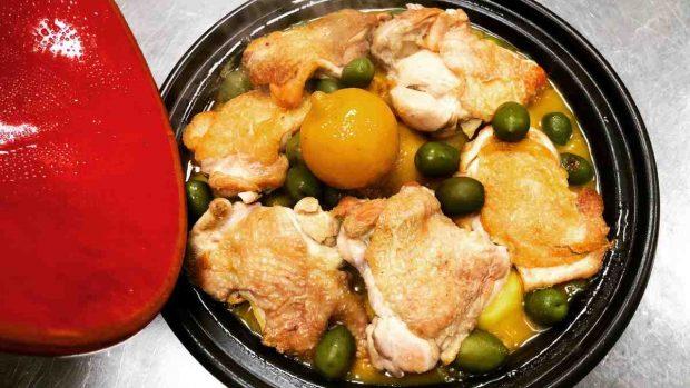 Pollo con pesto de alcachofas y tomate