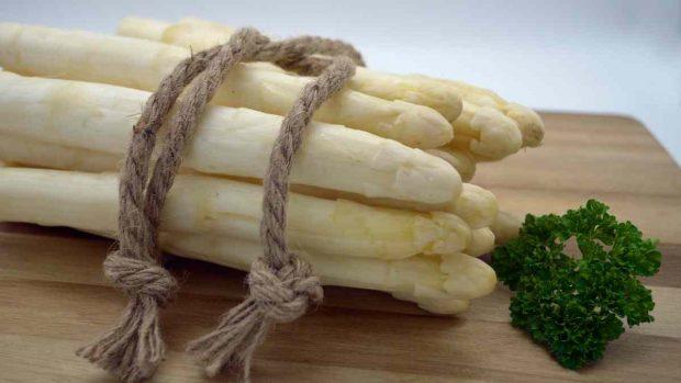 Receta para ensalada de espárragos blancos con vinagreta de almendras y ajo