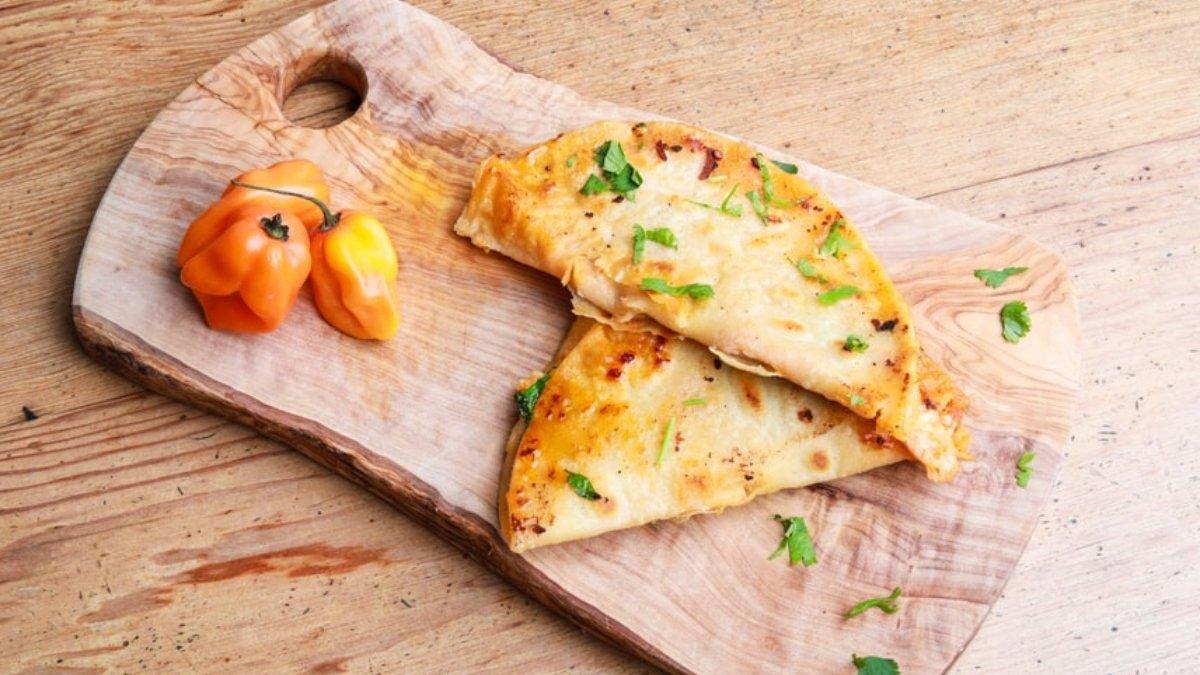 Receta de empanada de pimientos confitados con queso 1