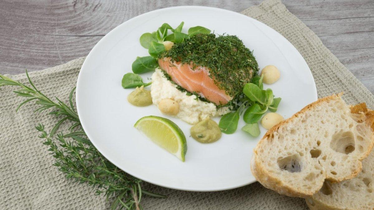 Photo of Receta de salmón a las finas hierbas con puré de coliflor