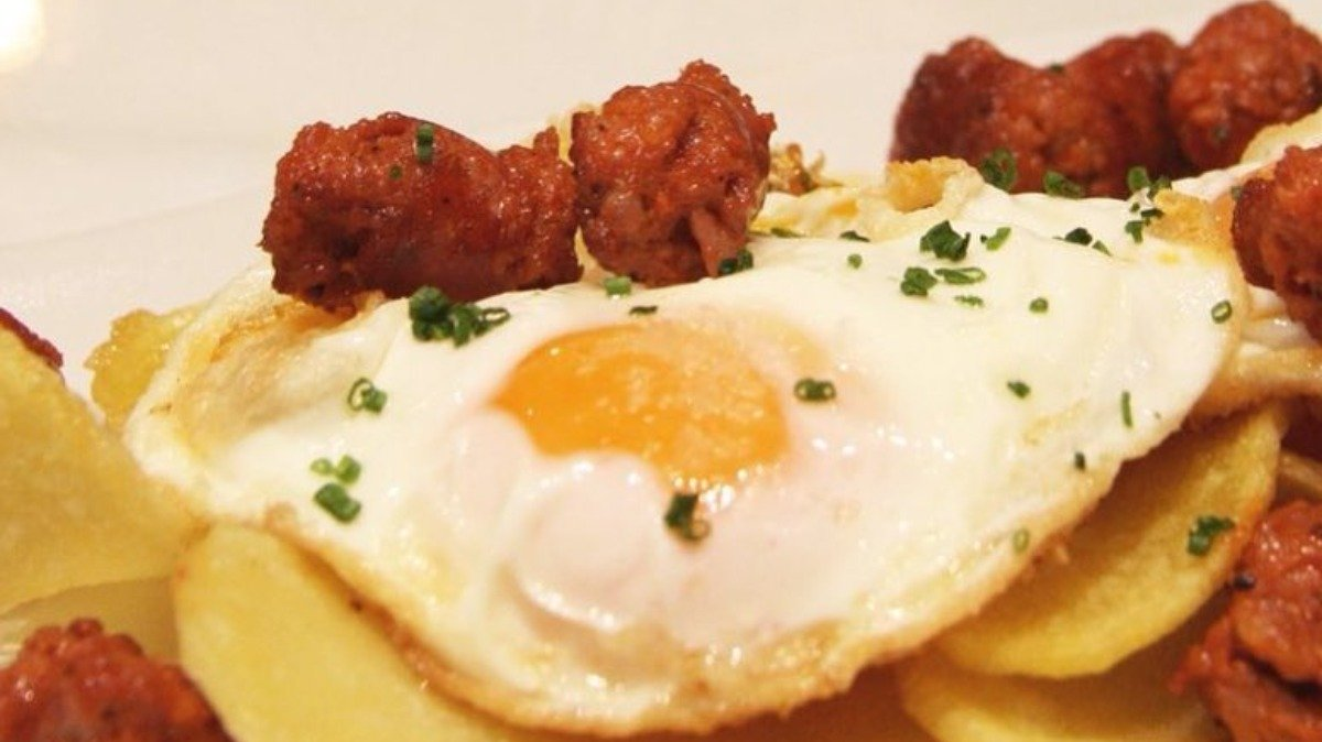 Photo of Huevos fritos con chistorra y patatas