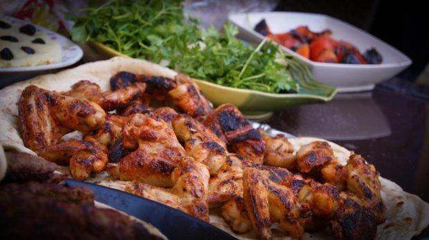 Alitas de pollo de corral con soja, miel y mostaza