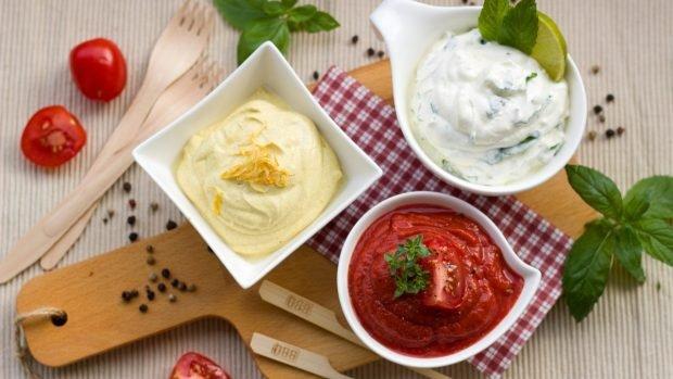Gofres de garbanzos y salsa de yogur con ensalada de tomate