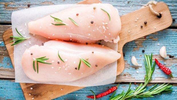 Pechugas de pollo con cebolla con un toque de vino blanco
