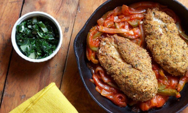 Receta de pollo empanado con sanfaina y tomate 1