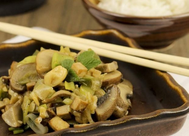 Revuelto de tofu vegano con champiñones