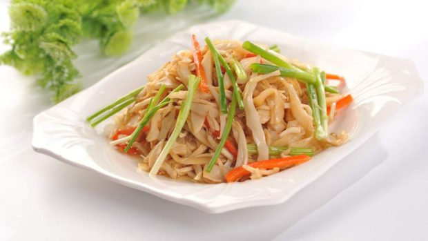 Fideos de arroz con tofu marinado y verduras