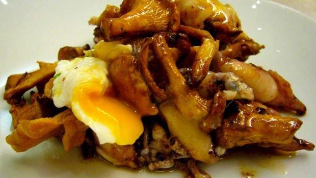 Huevos revueltos con salsa de setas y trufas