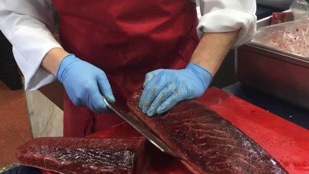 Cortar el atún
