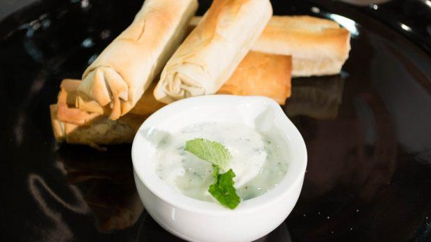 Albóndigas de cordero con salsa de yogur: receta tradicional griega