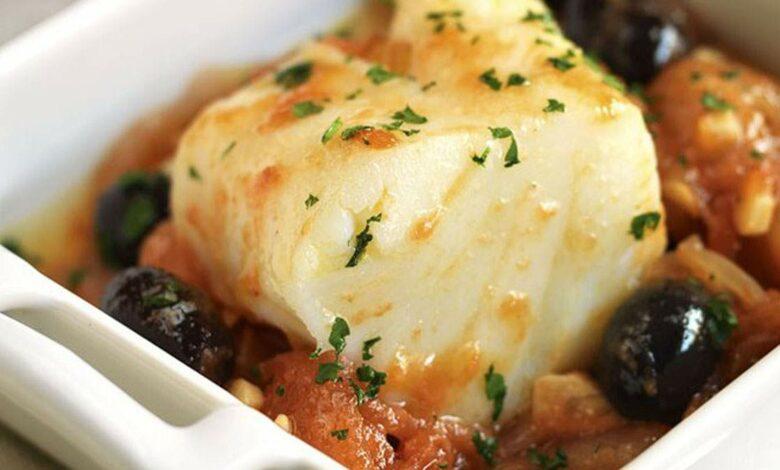 Bacalao a la manera toscana, receta con tomates, alcaparras y aceitunas 1