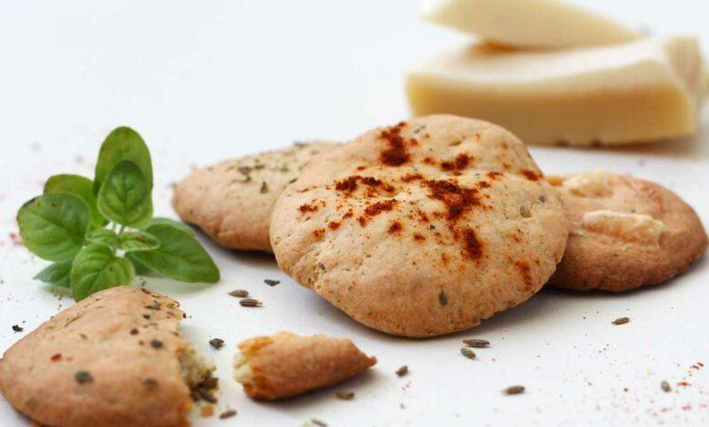 Galletas crackers integrales con hierbas, ligeras y aromáticas 1