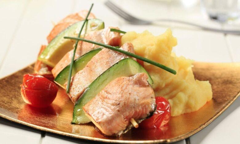 Salmón asado con puré de garbanzos y aguacate, receta de pescado fácil 1